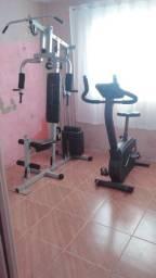 Bicicleta ergométrica/estação de musculação.