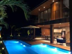 Casa de condomínio para venda tem 330 metros quadrados com 6 quartos