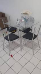 """Atenção as cadeiras precisa de reformas """"Mesa de vidro com 4 cadeiras"""