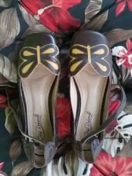 Sapato de couro legítimo com salto e tira na perna