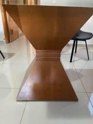 Mesa de vidro base madeira sem cadeiras