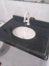 Pia de banheiro de granito.