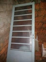 Vende-se porta de ferro com vidros