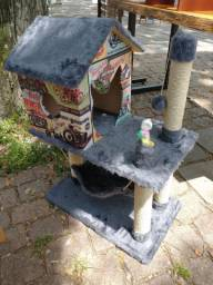Arranhador casa com rede e brinquedos