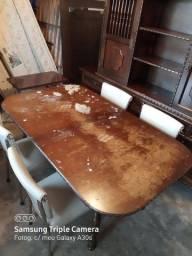 Mesa antiga com cadeira