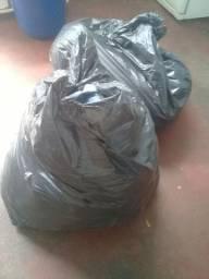 Vendo saco de roupas pra bazar  são roupas feminina algumas peças masculina