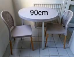 Mesa 90cm com 2 cadeiras, perna de alumínio, 3 meses de uso