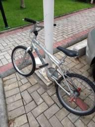 Uma Mônaco com o pneu furado um mês de uso e sem freio e com todos os acessórios