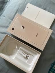 Caixa iPhone 8 com chave e adaptador de fone de ouvido