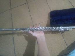 Flauta transversal ela está nova