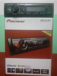 Som automotivo Pioneer c/ Bluetooth, rádio e USB.