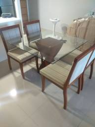 Mesa com pé central e tampo de vidro