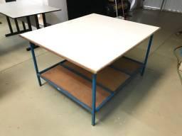 Mesa com tampo em madeira com base em ferro (1,40mt x 1,20mt)