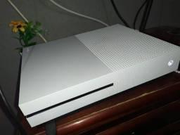 Xbox One S de 500gb, com um controle e um jogo.