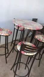 Mesa com 4 banquinhos