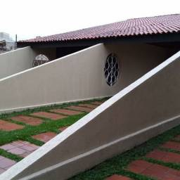 Excelente residência c/ 03 quartos, amplo terreno e estacionamento no Jd Carvalho !!