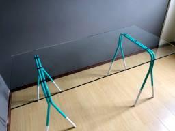 Mesa de vidro com cavaletes de ferro para escritório