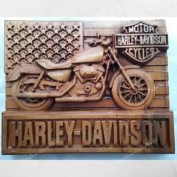 Harley Davidson entalhada na madeira