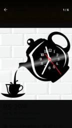 Relógio de parede feito em vinil