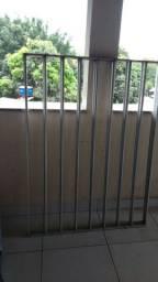 Grade de janela de alumínio.