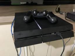PS4 500GB com um controle