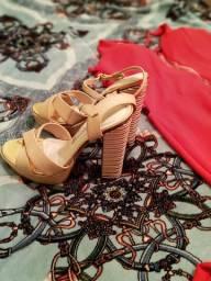 Vendo vestido longo e uma sandália