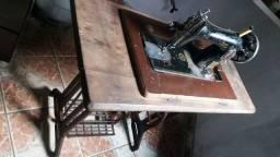 Antiga e funcionando máquina de costura.