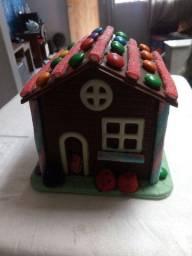 Sorvete caseiro e casinha de chocolate nobre cheia de doces.