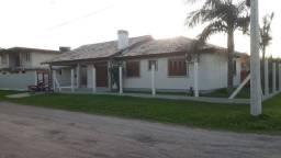 Casa com piscina e 4 dormitórios
