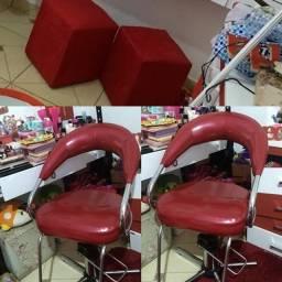 cadeira hidráulica e dois pufes