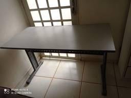 Mesa para escritório com pernas de aço na cor cinza