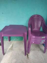 Vende-se conjunto de nessa e cadeiras