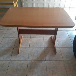 Mesa de madeira sem cadeiras