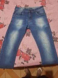 Calça jeans, polo e bermuda.