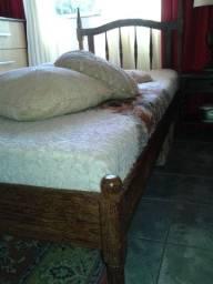 Bela cama em madeira de lei