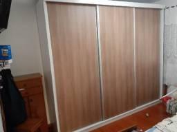 Guarda roupa de três portas