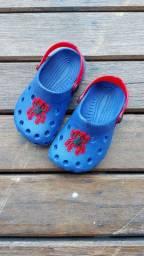 Sandália de plástico infantil usada