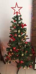 Árvore de natal com enfeites e iluminação
