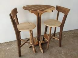 Mesa e cadeira bistrô de madeira