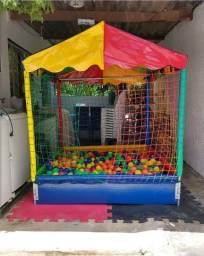 Cama elástica e piscina de bolinhas