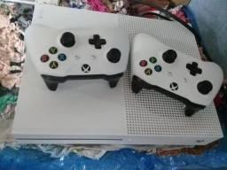 Vendo Xbox ONE S 1 Terabyte de memória com 2 controles.