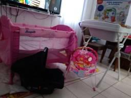 Chiqueirinho, cadeirinha descanso, móbile,banheira c/suporte e bebê conforto