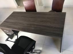 Mesa e cadeiras de escritório