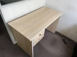 Mesa para trabalho com estante
