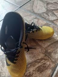 Vendo chuteira com trava da Nike