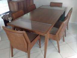 Mesa de madeira e ratan