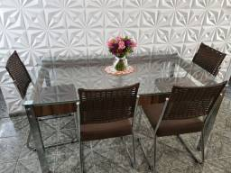 Mesa de vidro com cadeiras