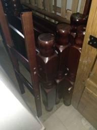 Vendo uma beliche de madeira com as cabeceiras torneada