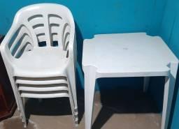 Mesa com 4 cadeiras e capacete
