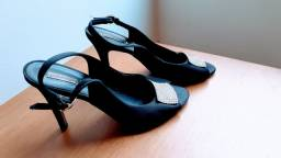 Vendo  linda sandália social toda em cetim com detalhes  em strass